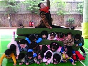 惊呆了:10余幼儿叠3层人肉坐垫 老师坐上方秀着一字马