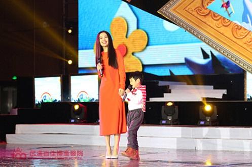 童舒携子赵将茗演唱歌曲《最好的未来》-首届全国留守儿童春节大联